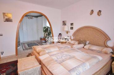 roses immobilier: villa ref.3616, première chambre avec lit double et dressing