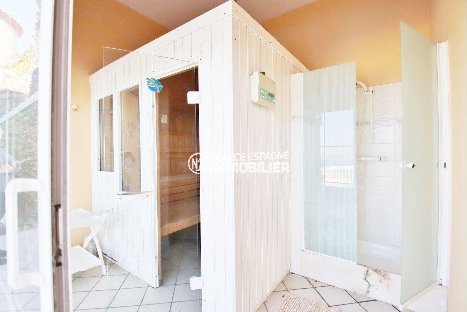 roses immobilier: villa ref.3614, aperçu du sauna et sa cabine de douche
