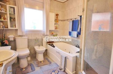 mas busca roses: villa ref.3616, salle de bains: baignoire, vasque,  wc