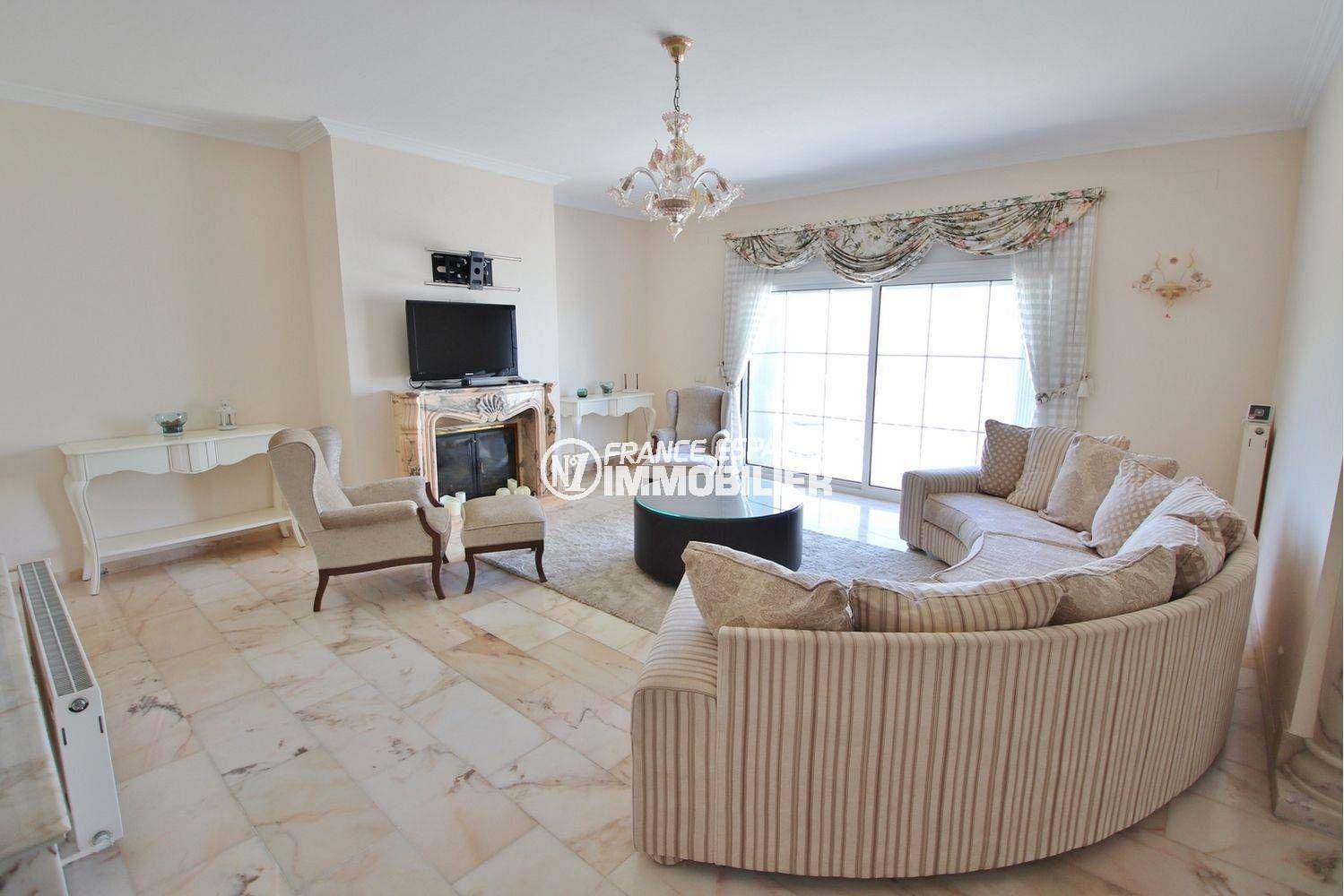 achat maison costa brava bord de mer, ref.3614, salon avec cheminée et accès terrasse