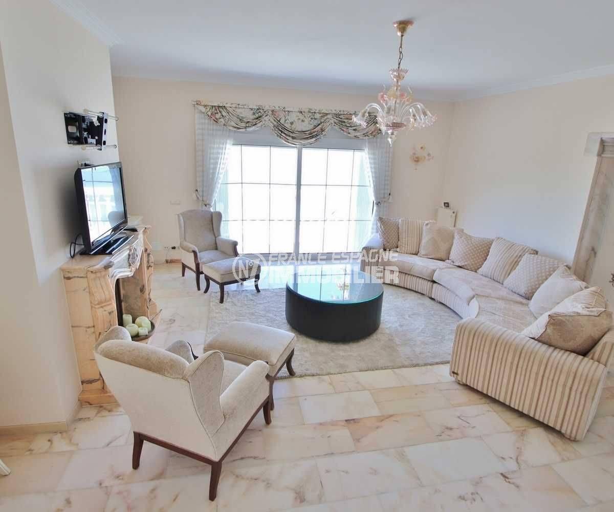 immocenter roses: villa ref.3614, aperçu salon vers l'entrée de la salle à manger et la terrasse
