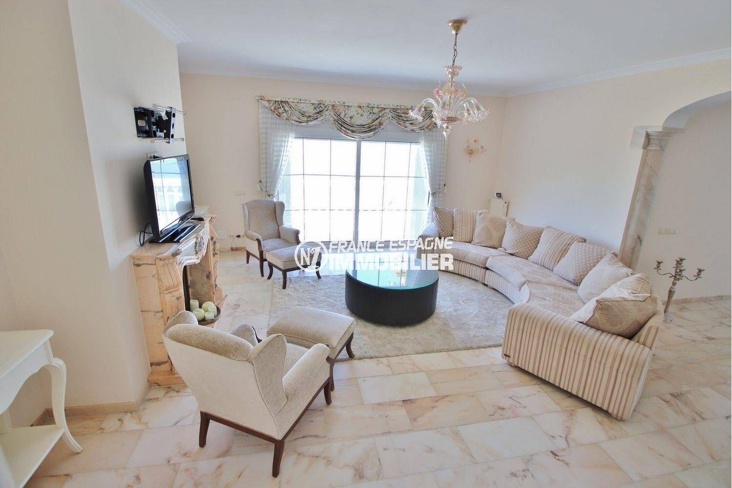 immocenter roses: villa ref.3614, aperçu salon vers entrée salle à manger et la terrasse