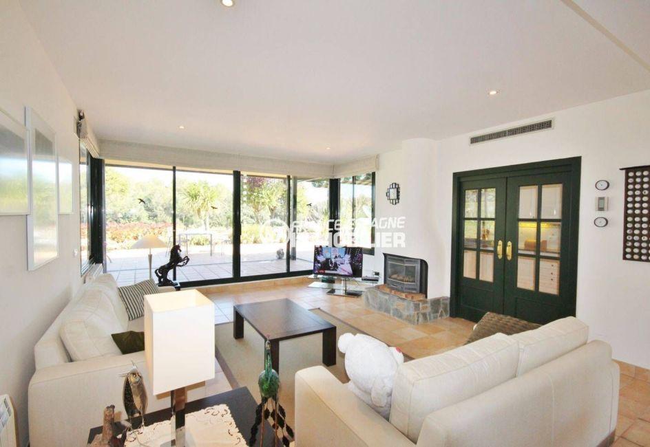 costa brava house: villa ref.3621, salon / salle à manger avec cheminée accès cuisine