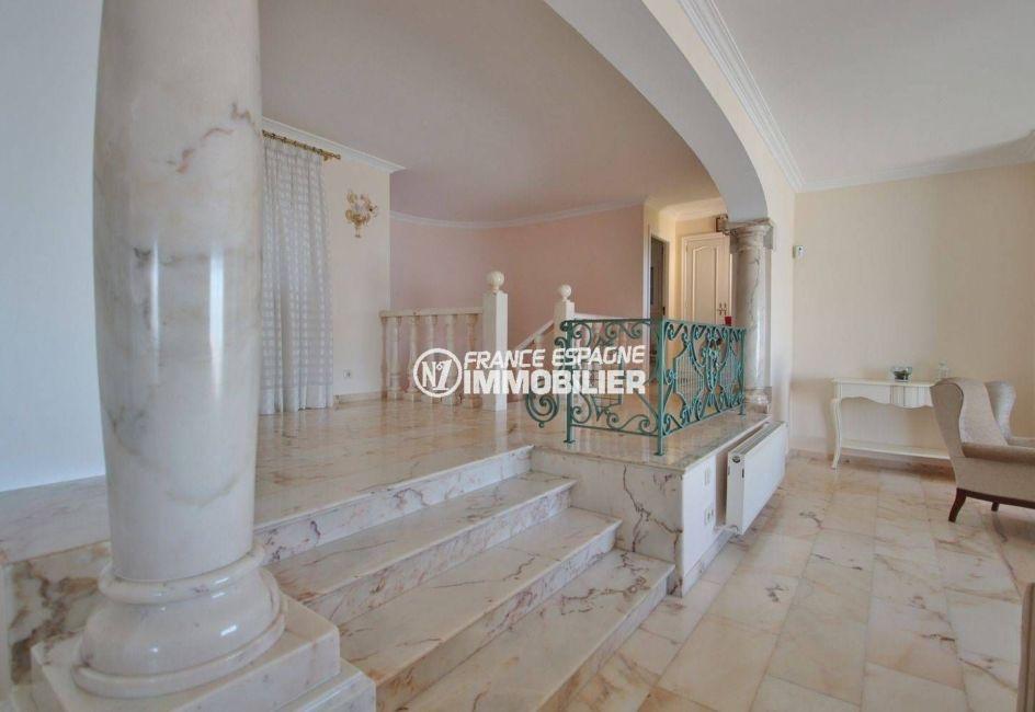 la costa brava: villa ref.3614, aperçu des colonnes et sols en marbre clair