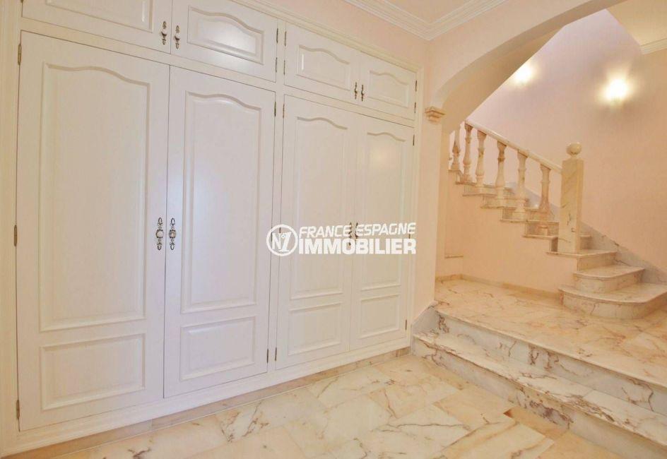 investir en espagne costa brava: villa ref.3614, vestibule avec penderies intégrées