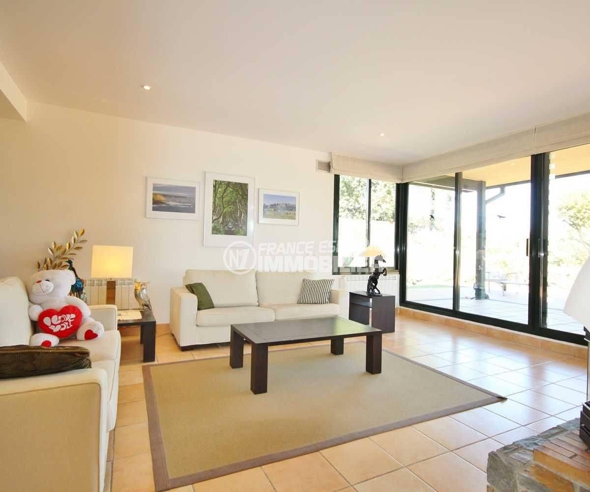n1immobilier: villa ref.3621, salon / salle à manger avec accès terrasse