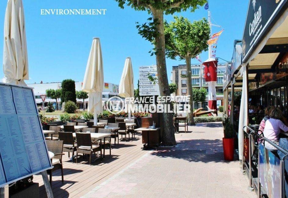 terrasses de restaurants et centre-ville aux alentours
