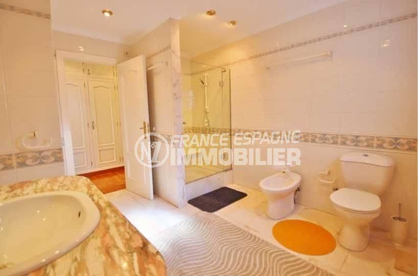 immo roses: villa ref.3614, salle d'eau de la première suite