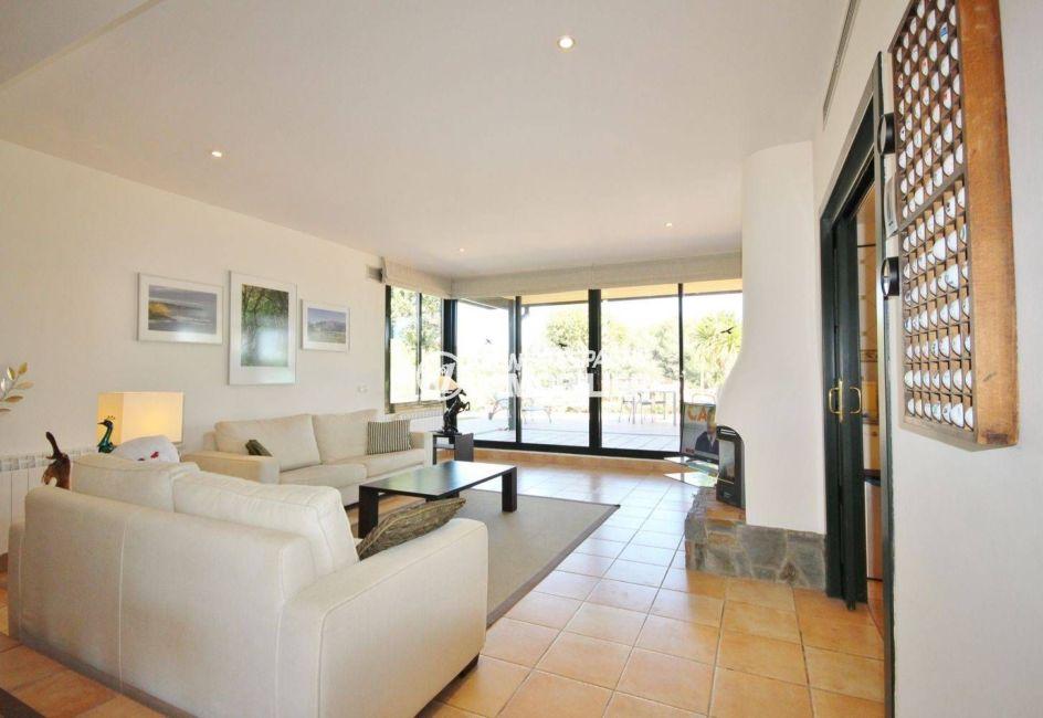vente immobilière costa brava: villa ref.3621, salon lumineux avec des rangements
