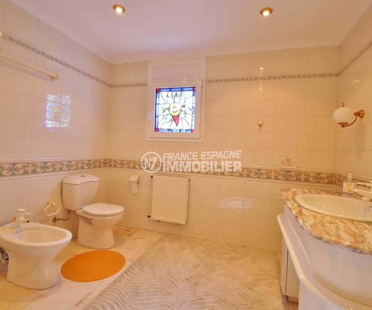 agence immobiliere costa brava: villa ref.3614, aperçu vasque et toilettes de la première suite