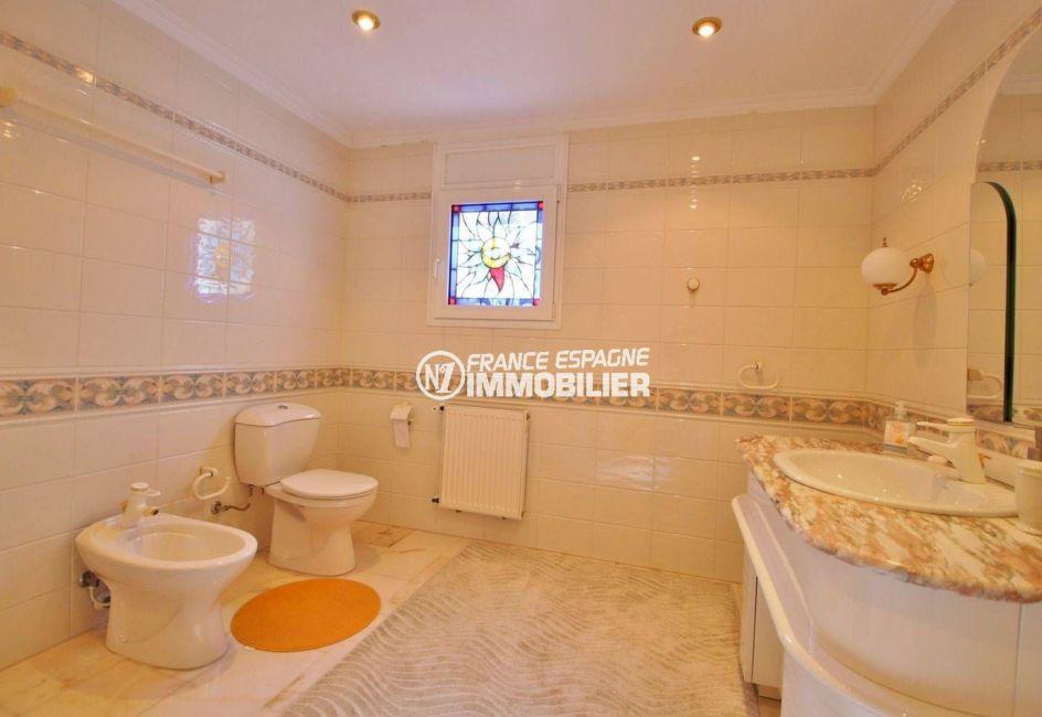 agence immobiliere costa brava: villa ref.3614, aperçu vasque, wc de la première suite