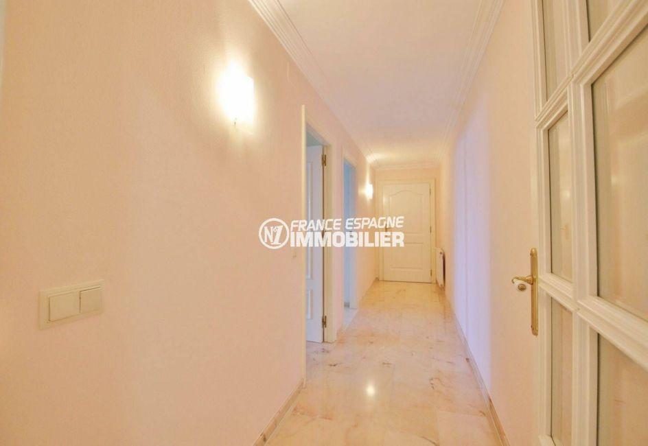 agence immobilière costa brava: villa ref.3614, couloir donnant accès aux chambres