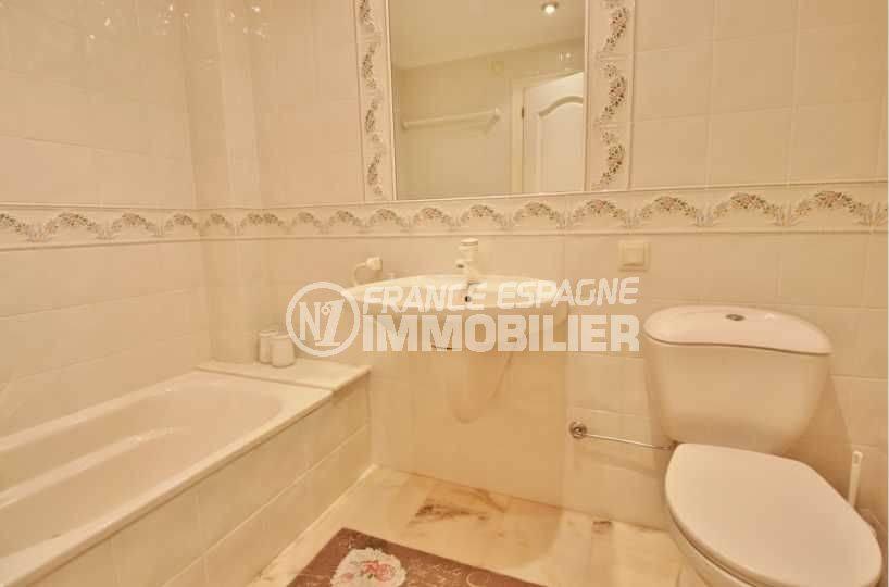 maison a vendre a rosas, ref.3614, salle de bains de la seconde suite avec sa baignoire
