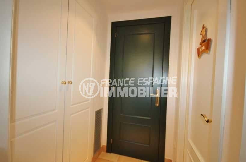 maison a vendre a costa brava, ref.3621, vue sur la porte qui dessert chambre, rangements