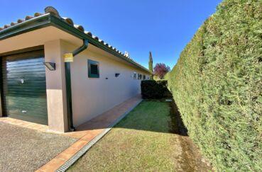 maison à vendre en espagne costa brava, villa 187 m², clôture, haie végétale autour de la maison