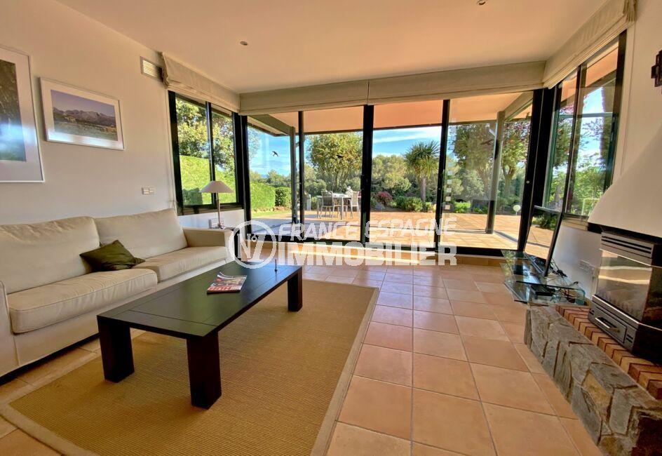 agence immobilière costa brava: villa 187 m², salon avec grande baie vitrée, vue dégagée