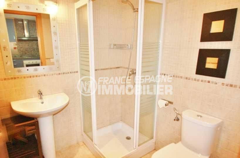 immo roses: appartement ref.3606, salle d'eau, cabine douche et toilettes