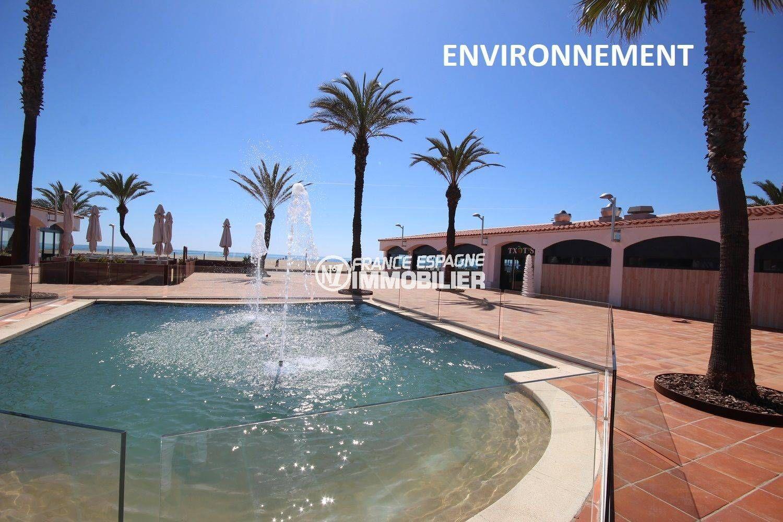 vue sur la fontaine, place près de la plage à proximité