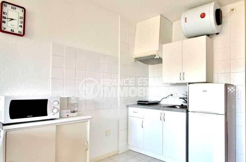 immobilier empuria brava: studio ref.3639, coin cuisine aménagé et rangements