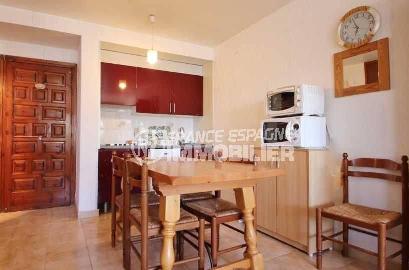 immo roses: appartement ref.3637, coin cuisine aménagé avec un espace repas