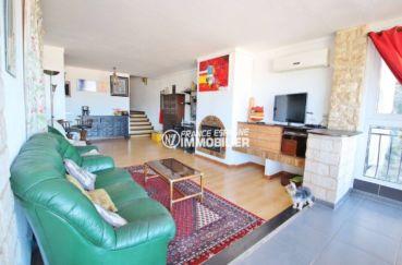 immo roses: appartement ref.3633, salon / salle à manger avec une cheminée et rangements