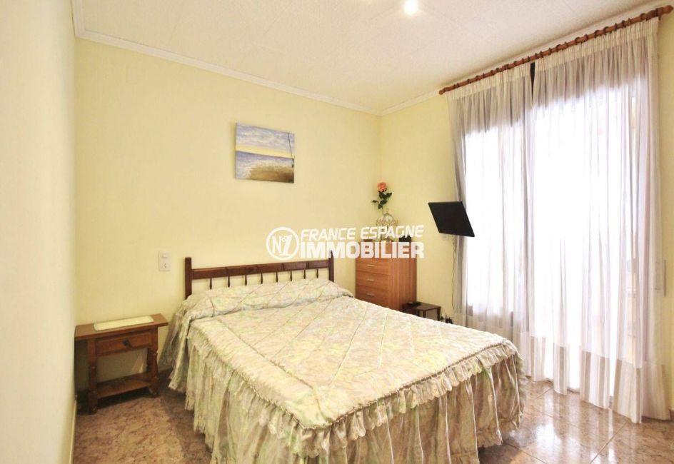 la costa brava: villa ref.3648, première chambre, lit double et rangements