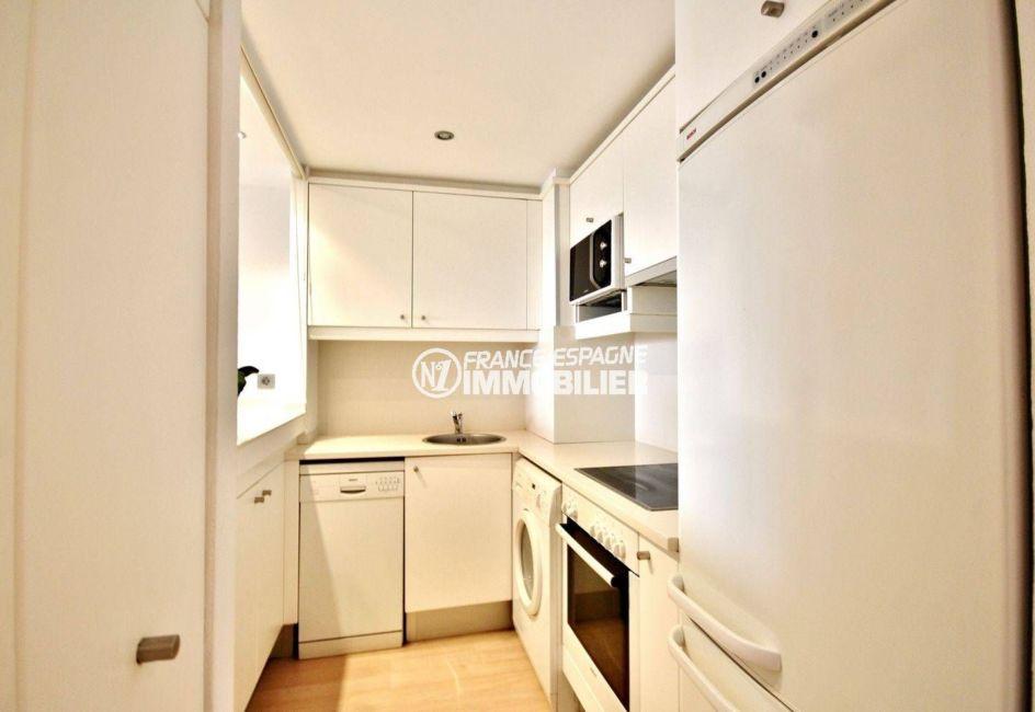 residence santa margarita rosas, appartement 69 m²: la cuisine américaine aménagée avec nombreux rangements