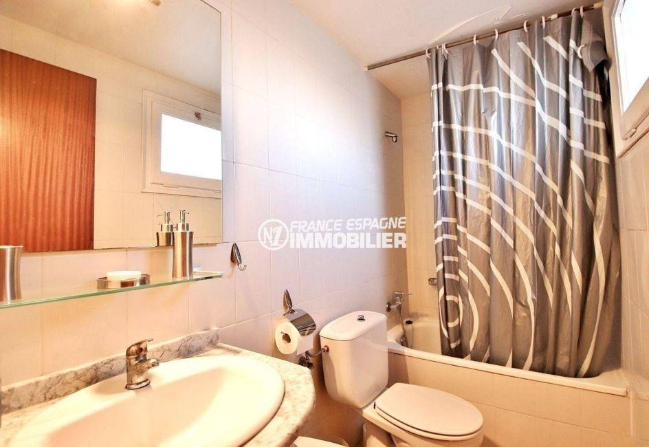 immo roses espagne: appartement ref.3637, salle de bain avec baignoire, lavabo et wc
