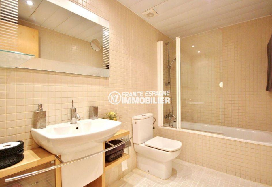 immobilier santa margarita, appartement 69 m² avec terrasse 35 m² vue canal, grande salle de bains claire