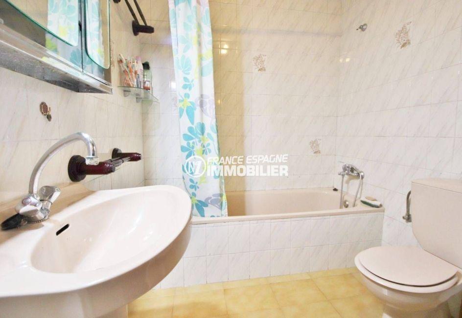 appartements a vendre a rosas, ref.3633, salle de bain: baignoire, lavabo et toilettes