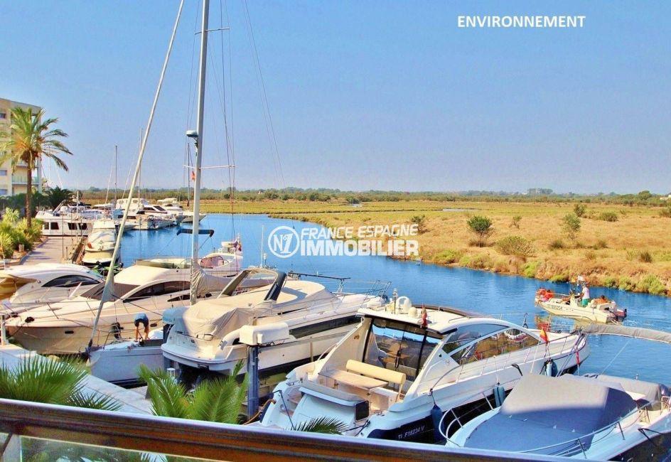vente appartement santa margarita rosas espagne, vue canal et bateaux amarrés