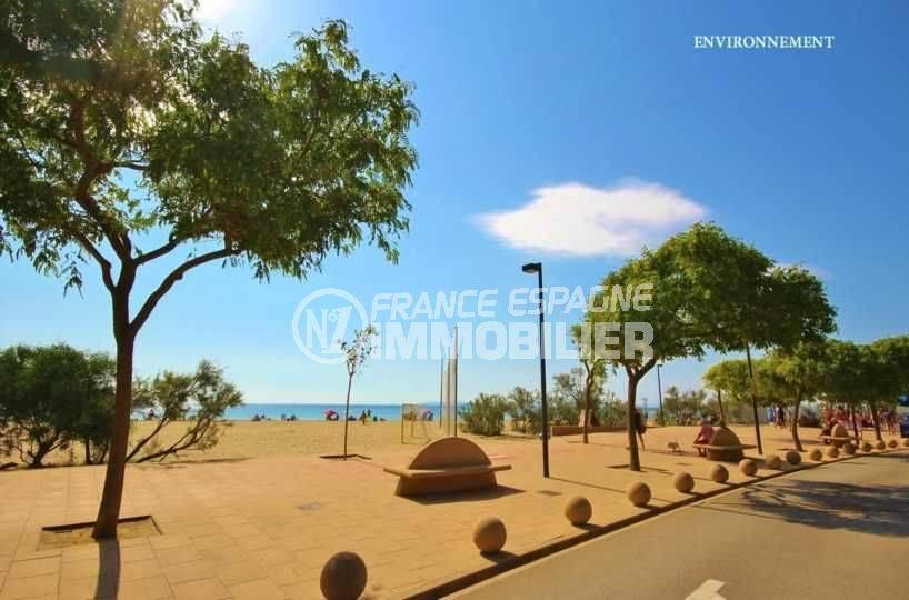 appartement roses, ref.3637, espace de jeux aménagé sur la plage à proximité