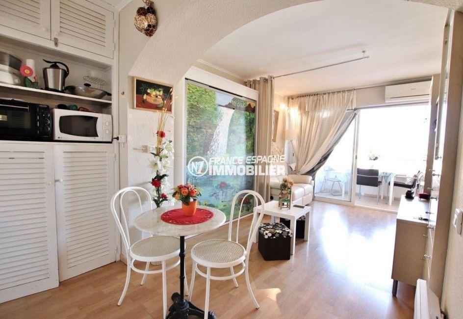 agence immobilière costa brava: studio 35 m², pièce principale séjour accès véranda