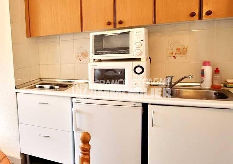 immo roses espagne: studio ref.3655, coin cuisine aménagé avec des rangements