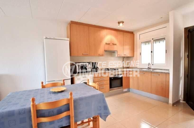 appartement à vendre rosas, ref.3667, la salle à manger, la cuisine américaine et ses nombreux rangements