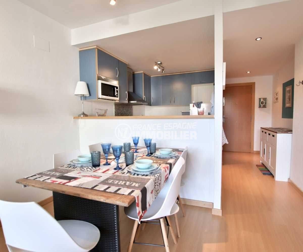 appartement a vendre a rosas, ref.3665, aperçu de la cuisine avec le coin repas, entrée avec rangements
