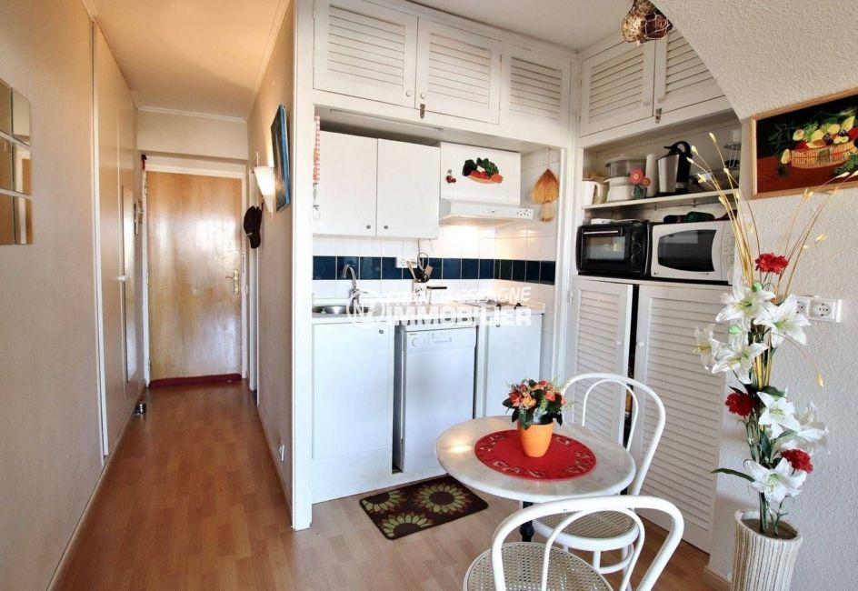 appartement a vendre a rosas, proche plage, pièce principale avec coin cuisine aménagée et équipée
