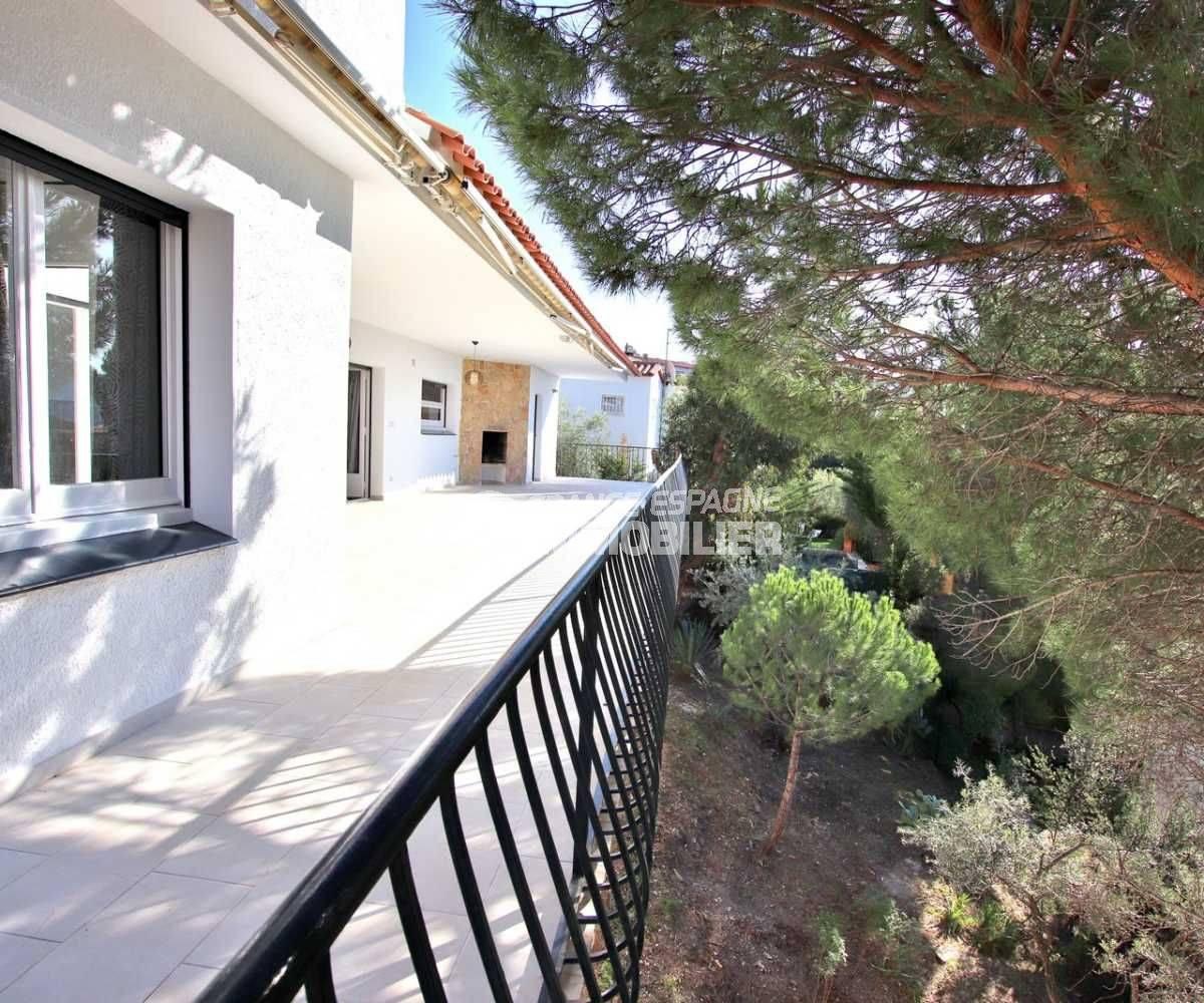 immo roses: villa ref.3512, aperçu de la terrasse accès au salon et fenêtre d'une des chambres