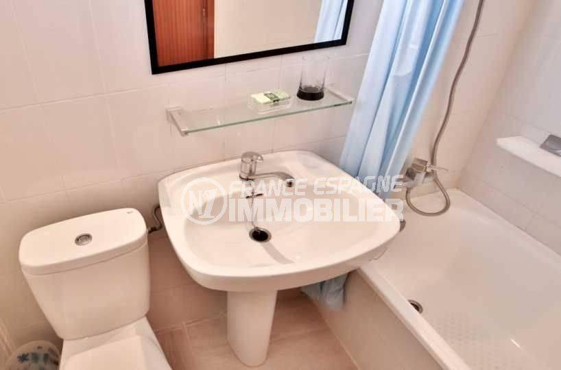 immobilier roses espagne: studio ref.3655, salle de bain avec baignoire, lavabo et wc