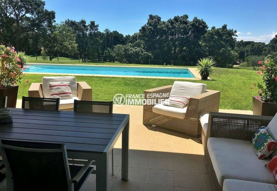 la costa brava: villa ref.3682, vue sur la piscine depuis la terrasse couverte
