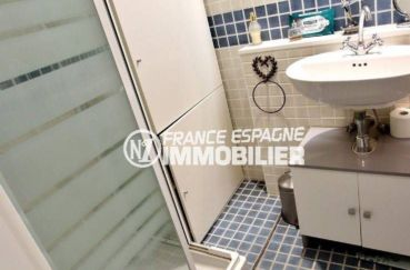 appartements a vendre a rosas, vendu meublé, salle d'eau avec cabine de douche, lavabo et wc