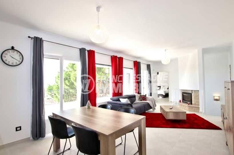 immobilier roses espagne: villa ref.3512, aperçu du salon / séjour avec cheminée accès à la terrasse