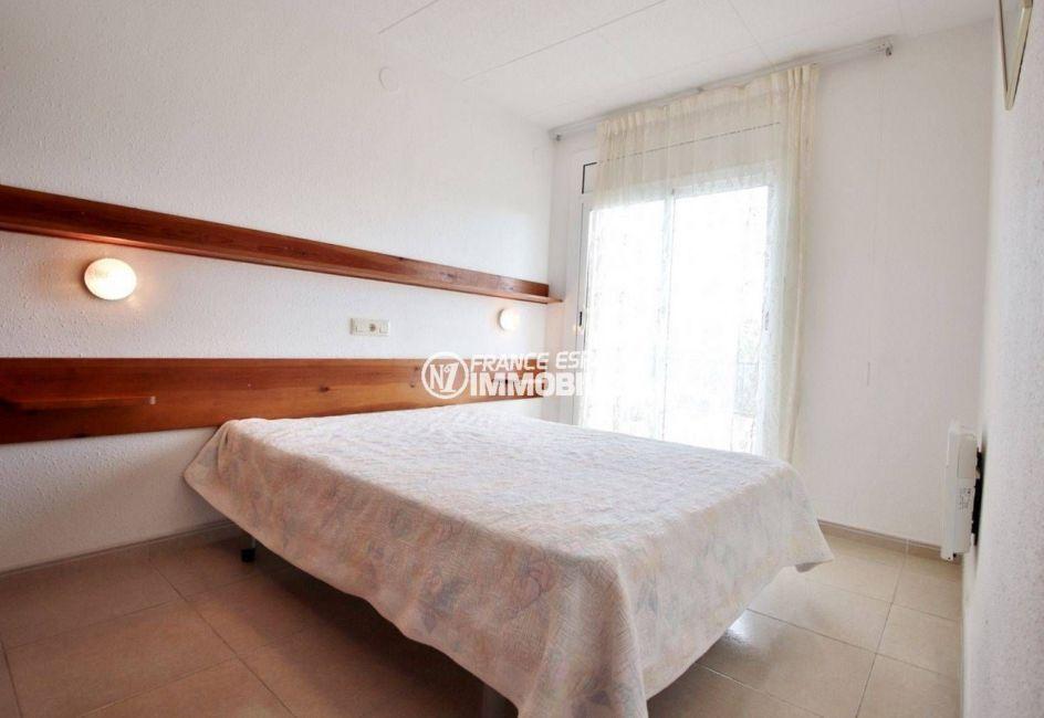appartements à vendre à rosas, ref.3667, première chambre avec un lit double et une porte fênetre