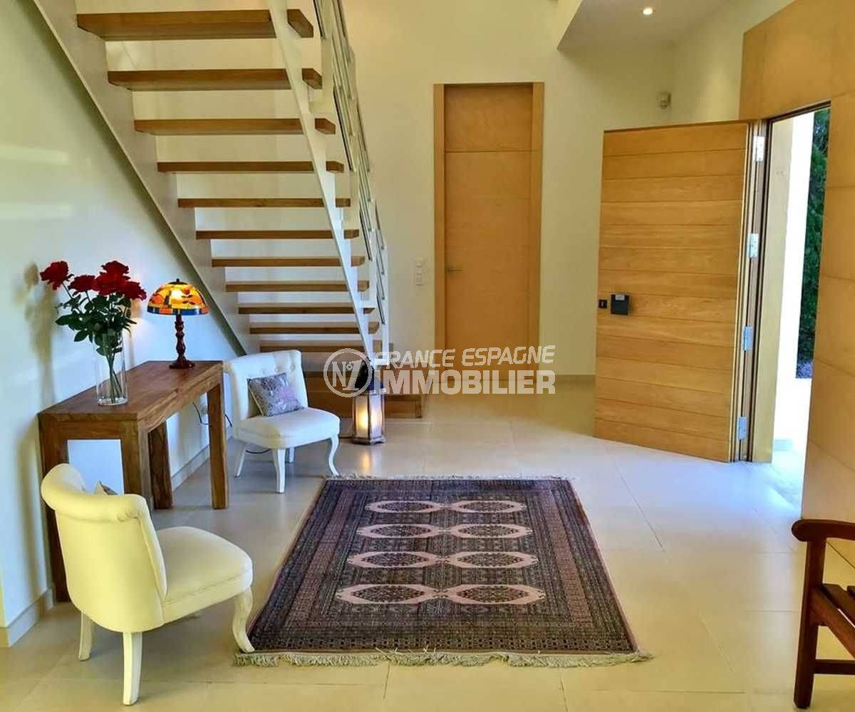 acheter maison costa brava, ref.3682, hall dentrée avec coin détente et escaliers