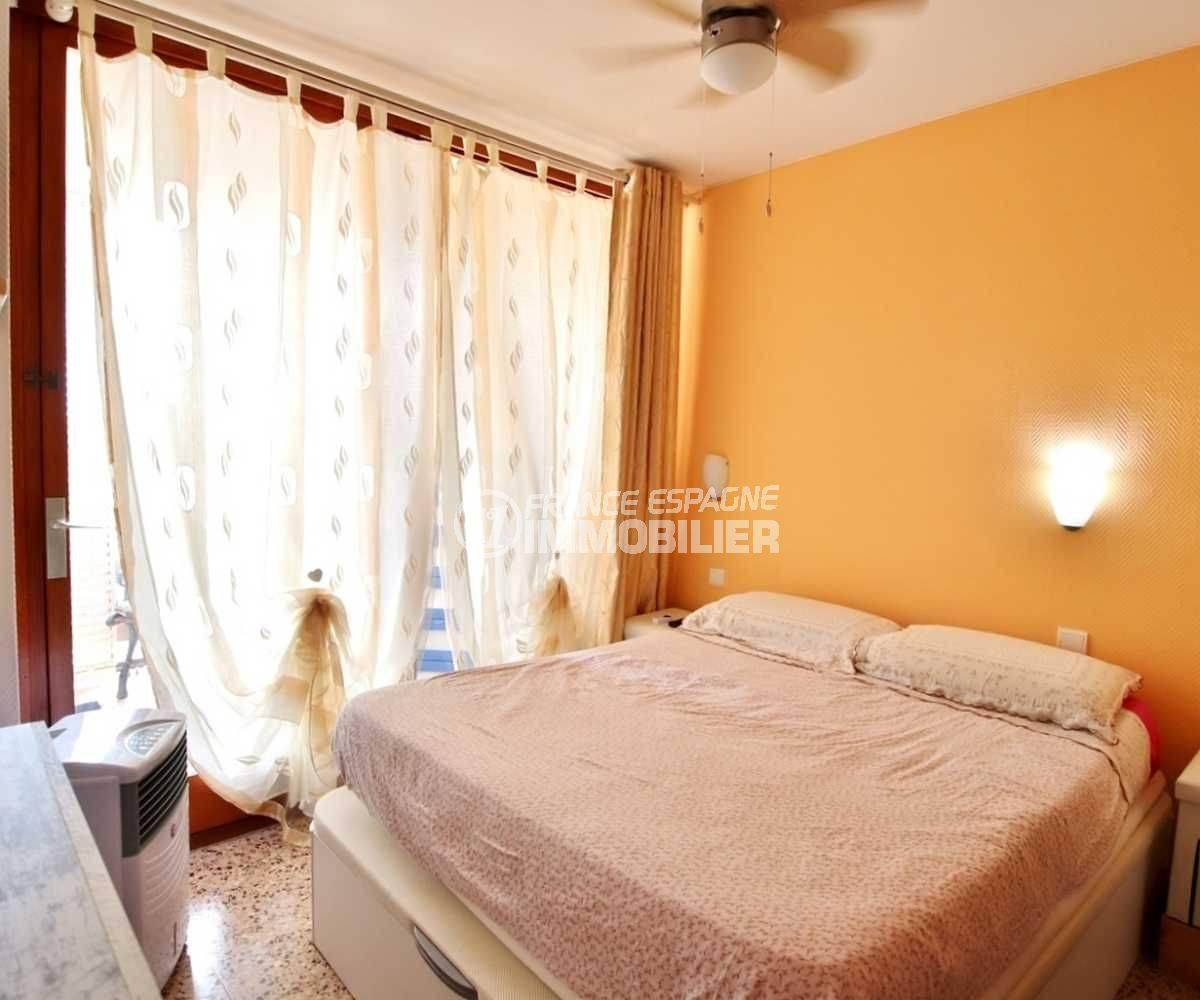 appartement a vendre a rosas, ref.3666, chambre avec lit double avec accès à la terrasse