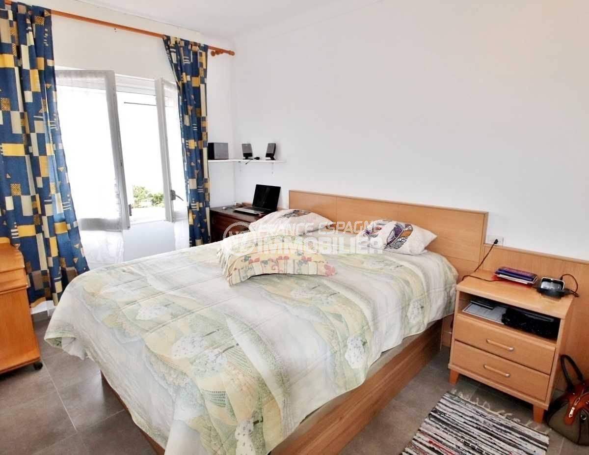 immo roses: appartement ref.3654, chambre avec un lit double et des rangements