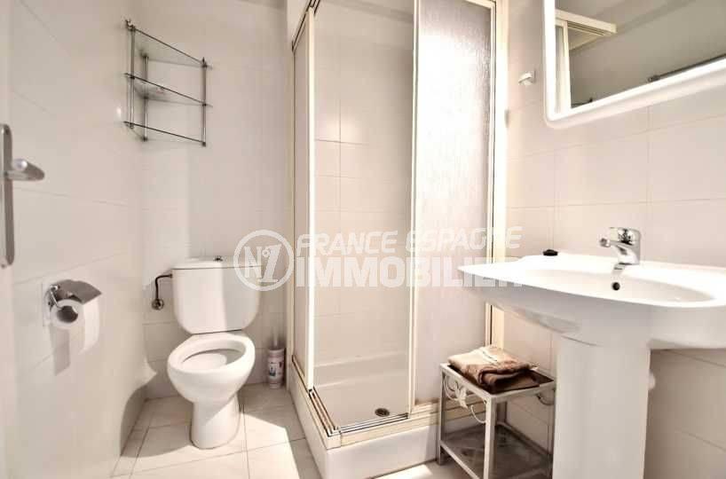 immo center rosas: ref.3664, salle d'eau avec cabine de douche, lavabo et toilettes