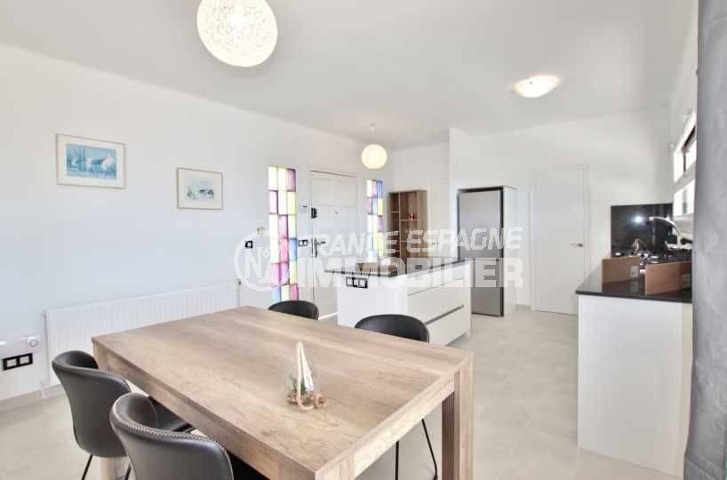 vente immobiliere rosas: villa ref.3512, vue sur la porte d'entrée, coin repas et la cuisine américaine