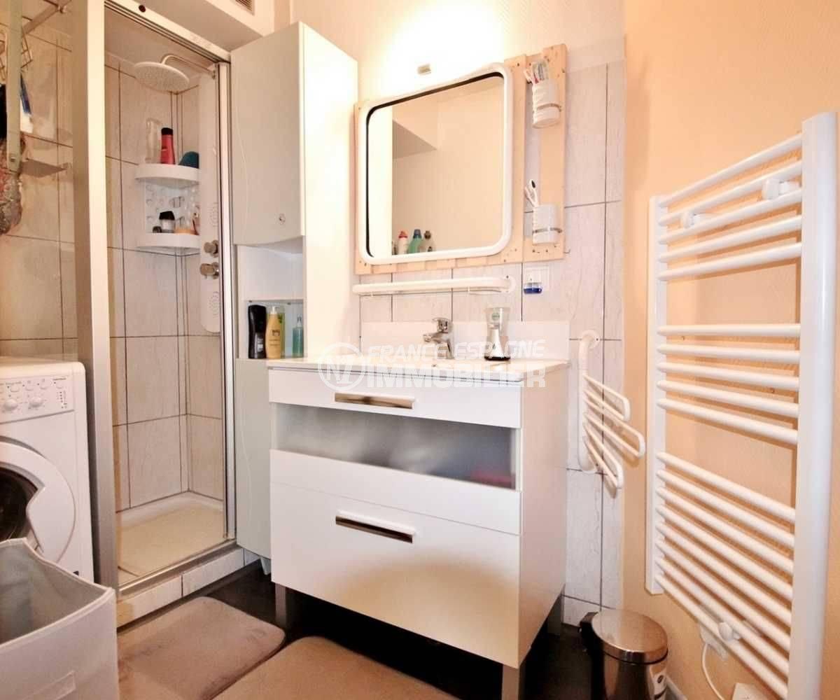 achat appartement rosas, ref.3666, salle d'eau avec cabine de douche et meuble vasque