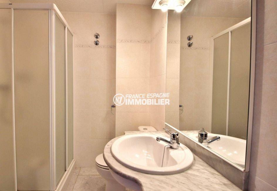 immobilier roses espagne: appartement ref.3667, salle d'eau avec une cabine de douche, une vasque et un wc